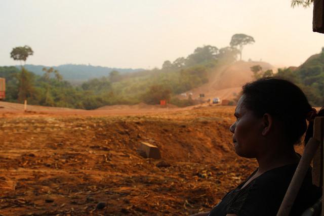 La campesina Rosineide Maciel contempla la reconstruccion de la carretera BR-163 en el municipio de Itaituba en el estado de Pará, Brasil. Crédito Fabiana Frayssinet/IPS.
