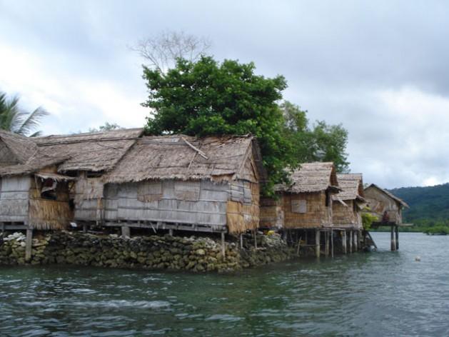 Las comunidades costeras en Islas Salomón, en el sudoeste del océano Pacífico, ya sufren la amenaza del cambio climático con el aumento del nivel del mar y tormentas más fuertes. Crédito: Catherine Wilson/IPS