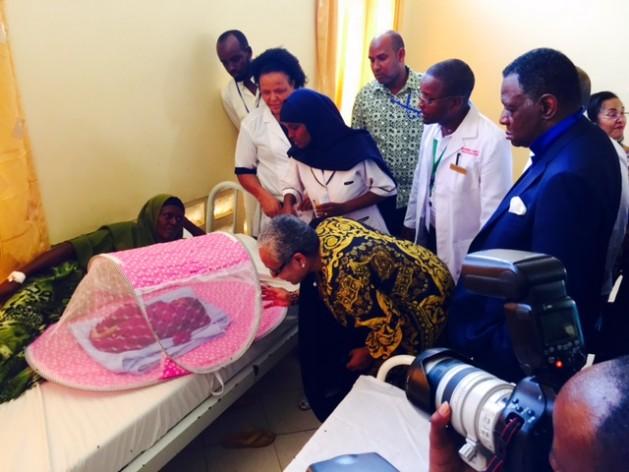 Margaret Kenyatta, la primera dama de Kenia, visita un centro de salud materna en el condado de Mandera, ante la atenta mirada de Babatunde Osotimehin, director ejecutivo del UNFPA, el 6 de noviembre de 2015. Crédito: UNFPA