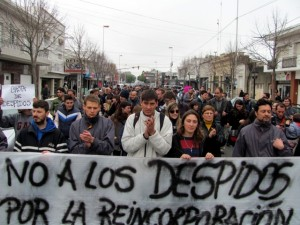 Un grupo de manifestantes protestan en la ciudad argentina de Rosario contra la ola de despidos de empleados públicos que se ha desatado en el país desde la llegada a la Presidencia de Mauricio Macri. Crédito: Cortesía de Indymedia.org