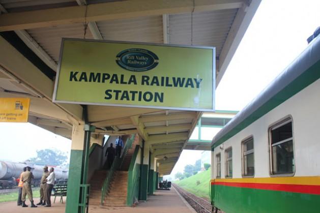¡Todos a bordo! La estación de Kampala, otrora desierta, reabrió sus puertas. Crédito: Amy Fallon / IPS
