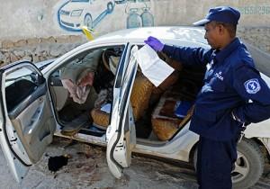 Un policía investiga el asesinato de la periodista somalí Hindia Haji Mohamed, que murió cuando una bomba explotó en su automóvil en diciembre. Crédito: AFP / Mohamed Abdiwahab