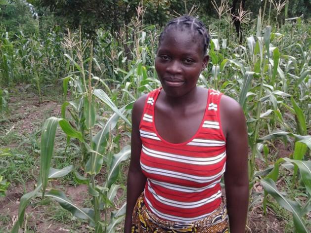 Esther Mkwakwasa es una madre soltera de 19 años que se esfuerza por estudiar y trabajar para convertirse algún día en enfermera. Crédito: Charity Chimungu Phiri/IPS.