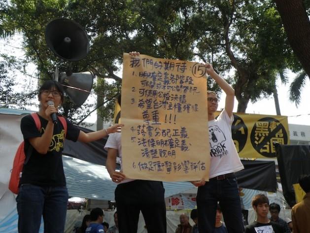 """""""Todos estamos en el mismo barco"""", señala un cartel en una protesta realizada por ambientalistas de Taiwán frente a la sede de la presidencia en Taipei, el 26 de diciembre. Crédito: Dennis Engbarth/IPS"""