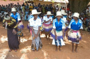 Adolescentes de Shinyanga bailan en el marco del programa de aprendizaje alternativo de la Unesco, que procura dotarlas de capacidades para la vida. Crédito: Kizito Makoye/IPS