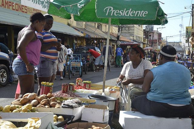 Dos vendedoras de frutas, granos y vegetales en el mercado callejero de Pequeño Haití, en Santo Domingo, la capital de República Dominicana. Ellas permitieron ser fotografiadas, pero prefirieron no hablar sobre su situación. El miedo forma parte de la vida de las inmigrantes haitianas en el país. Crédito: Dionny Matos/IPS https://c2.staticflickr.com/2/1462/24166638574_d64dec5a3f_o.jpg