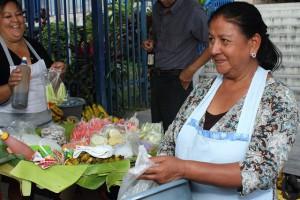 María Elena Rodríguez, de 54 años, se gana la vida vendiendo frutas en una calle de San Salvador. Ella forma parte del sector informal de la economía, mayoritariamente ocupado por mujeres en El Salvador y que no está cubierto por el sistema de pensiones, bajo control privado. Crédito: Edgardo Ayala/IPS