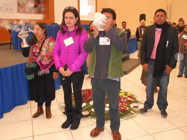 """Asistentes al encuentro latinoamericano indígena sobre la encíclica """"Laudato Si"""" agradecen a los cuatro puntos cardinales durante la ceremonia de apertura del foro de dos días en la ciudad de San Cristóbal de las Casas, en el sureño estado de Chiapas,en México. Crédito: Emilio Godoy/IPS"""