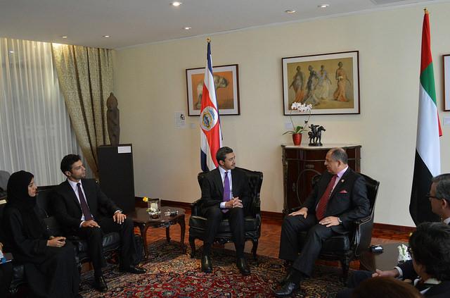 El presidente de Costa Rica, Luis Guillermo Solís (en el centro, a la derecha), recibió al ministro de Asuntos Exteriores de Emiratos Árabes Unidos (EAU), jeque Abdullah bin Zayed al Nahyan (en el centro, a la izquierda), en la Casa Presidencial, en San José, este viernes 12 de febrero. Crédito: Diego Arguedas Ortiz/IPS