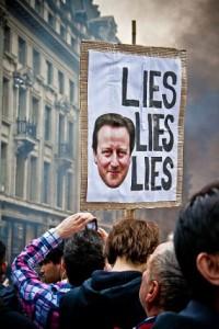 Una pancarta de protesta contra el primer ministro británico, David Cameron, en una calle de Londres, en 2011. Crédito: Mark Ramsay/Flickr