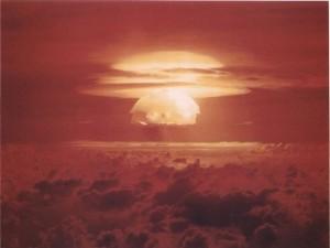 El hongo atómico sobre el atolón de Bikini en Islas Marshall que generó Castle Bravo, la mayor prueba nuclear realizada por Estados Unidos en toda su historia. Crédito: Departamento de Energía de Estados Unidas, a través de Wikimedia Commons.