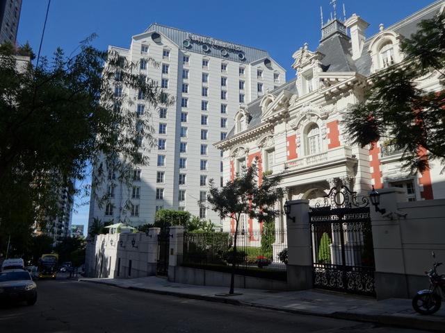 El hotel Four Seasons, situado en Recoleta, uno de los barrios más elegantes de Buenos Aires, que fue remodelado esta década con una millonaria inversión de su operador, Albwardy Investments, un grupo con sede en Dubai. Esta es una de las inversiones en Argentina de los Emiratos Árabes Unidos, que se espera que se intensifique en diversos sectores como resultado de la visita al país del ministro de Relaciones Exteriores de la nación árabe, jeque Abdulah bin Zayed al Nayhan. Crédito: Fabiana Frayssinet/IPS