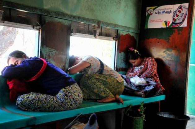 Mujeres duermen en un tren en Birmania. Cerca de 1.200 millones de personas viven con menos de 1,25 dólares al día en el mundo. Crédito: Amantha Perera/IPS