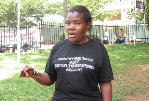 Rose Nakanjako es seropositiva pero tuvo suerte de que no la esterilizaran y sus dos hijos nacieron sin el VIH. Crédito: Michael Wambi / IPS