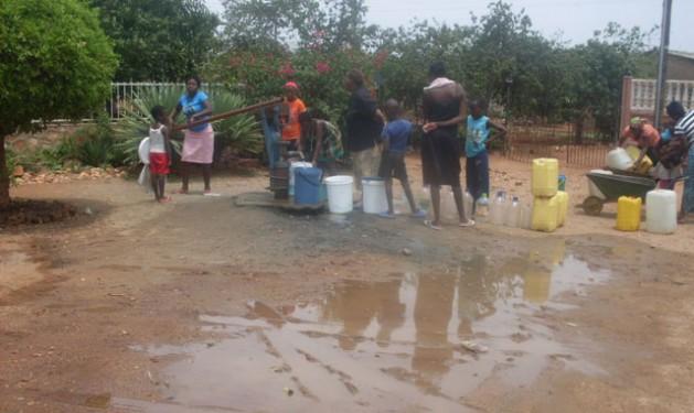 El agua dejó de abundar y las mujeres tienen que hacer fila en un pozo de Bulawayo, Zimbabwe, que atraviesa una grave crisis de agua subterránea debido a la escasez de lluvias. Crédito: Ignatius Banda/IPS.
