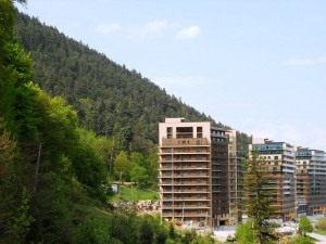 Complejo residencial en Rumania. El crecimiento de la clase media está en riesgo en Europa oriental y Asia central, según un estudio del PNUD. Crédito: Claudia Ciobanu/IPS.