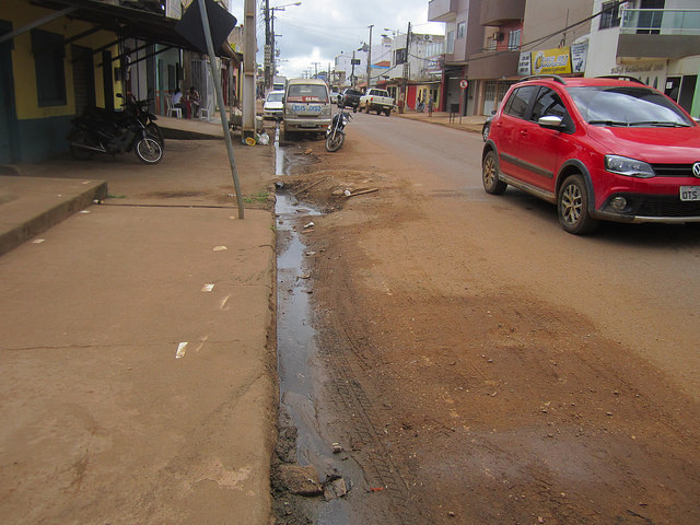 Aguas servidas discurren por una de las calles céntricas de Altamira, una importante ciudad de la Amazonia brasileña, en el norte del país. Los problemas de saneamiento son un paraíso para el mosquito Aedes aegypti, vector de los virus del dengue, el chicungunya y el zika. Crédito: Mario Osava/IPS