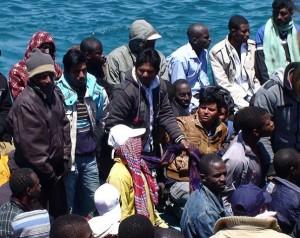 Migrantes en Lampedusa, Italia. La isla italiana es el primer territorio europeo al que llegan las embarcaciones en su travesía desde África. Crédito: Ilaria Vechi/IPS
