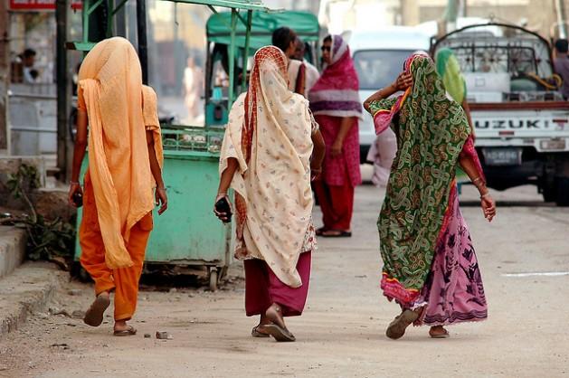 La Comisión de Derechos Humanos de Pakistán informó que aumentaron los crímenes por honor en ese país, que les costaron la vida a 923 mujeres y a 82 niñas en 2014. Solo 20 por ciento de los casos son llevados a la justicia. Crédito: Adil Siddiqi / IPS