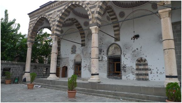 La acribillada mezquita de Fatih Pasa, en Diyarbakir, una ciudad en el sudeste de Turquía, sufrió graves daños en los enfrentamientos entre las fuerzas armadas turcas y combatientes kurdos. Crédito: Joris Leverink / IPS