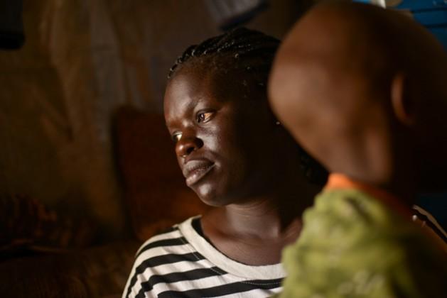 """Fatma W. con su hijo de siete años producto de una violación. Tres hombres que acusaron a su familia de esconder integrantes de la tribu """"enemiga"""" en su casa de Nairobi, la violaron cuando tenía 17 años, tras lo cual abandonó la escuela. Y ahora se lamenta de la estigmatización que sufre su hijo. Crédito: © 2015 Samer Muscati / Human Rights Watch."""