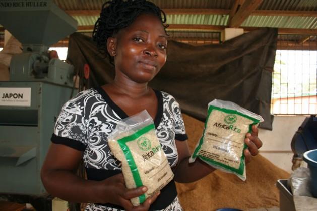 La asistente de investigación Blanche Soussous muestra paquetes de arroz precocido. Crédito: Busani Bafana/IPS