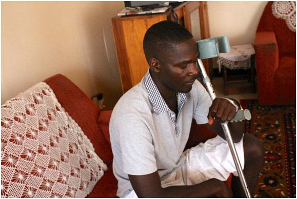 El periodista ugandés Andrew Lwanga todavía se recupera del ataque que sufrió hace más de un año a manos del entonces comandante de la policía mientras cubría una manifestación. Crédito: Amy Fallon/IPS.