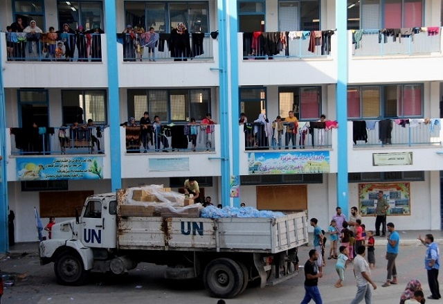 Familias palestinas que perdieron sus viviendas por los bombardeos israelíes en Gaza se refugian en una escuela de la ONU. Crédito: Khaled Alashqar/IPS