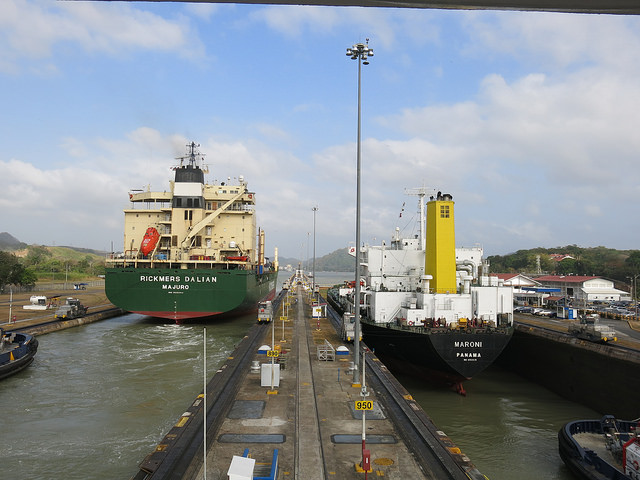 Dos barcos pasan por las esclusas de Miraflores en la parte del océano Pacífico, las más altas del antiguo sistema del Canal de Panamá, en operación desde 2014. La elevación de los barcos en este tramo alcanza los 16,5 metros y el pasaje por el área dura unos 40 minutos. Crédito: Iralís Fragiel/IPS