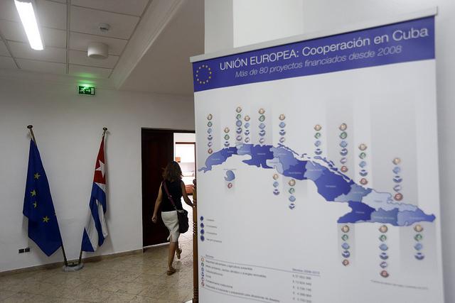 Las banderas de Cuba y de La Unión Europea, dentro de la sede de La Delegación del bloque en La Habana. Allí, Christian Leffler, secretario general adjunto para Asuntos Económicos y Globales del Servicio Europeo de Acción Exterior declaró a los medios sobre los resultados de la séptima ronda de negociaciones para alcanzar un Acuerdo de Diálogo Político y Cooperación entre Bruselas y el gobierno de Cuba. Crédito: Jorge Luis Baños/IPS