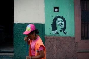 Las paredes de las calles de Tegucigalpa, están marcadas con estenciles que exigen justicia para la defensora ambientalista Berta Cáceres, asesinada el 3 de marzo en Honduras. Crédito: Ximena Natera/Pie de Página