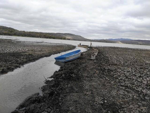 Dos barcas permanecen varadas en el cuarteado fondo de la principal de las lagunas de Moyúa, un conjunto lacustre del norte de Nicaragua que ha perdido 60 por ciento de su caudal de agua por la pertinaz sequía que aplasta al país desde 2014.