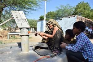 """Kamlesh Kumari, una """"amiga del agua"""" de la aldea de Dharaupur, en el estado de Uttar Pradesh, en India, muestra las herramientas con las que repara las bombas manuales para extraer agua de los pozos. Crédito: Stella Paul/IPS."""