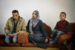 El refugiado palestino Iyad Yusef salió de Siria rumbo a Gaza con muchos integrantes de su familia. En la foto está con su esposa Ibtisam y su hijo menor, Noor, en una apartamento en Beit Hanoun, en el territorio palestino de Gaza. Crédito: Silvia Boarini/IPS