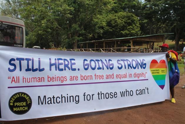 Un activista de la comunidad LGBTI de Uganda en una marcha en Entebbe en 2013. Crédito: Amy Fallon/IPS.