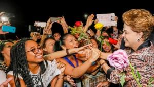 Mujeres saludan entusiasmadas a Dilma Rousseff, en el Palacio de Planalto, sede de la Presidencia, en Brasilia, durante un encuentro el 19 de abril, en que defensoras de la mandataria brasileña le manifestaron su respaldo, tras el comienzo del proceso de destitución en su contra. Crédito: Roberto Stuckert Filho/PR