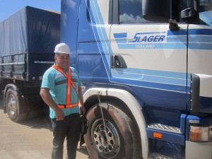 Víctor Villamayor, de 42 años, de los que la mitad la ha pasado conduciendo vehículos de carga en Paraguay, orgulloso al lado de su camión en los alrededores de Asunción, en Paraguay. Crédito: Mario Osava/IPS