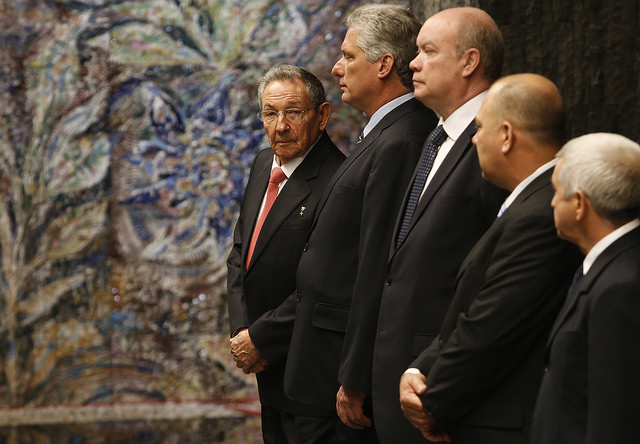 De izquierda a derecha, el presidente Raúl Castro y el vicepresidente Miguel Díaz-Canel, seguidos de tres de los ministros, todos dirigentes del Partido Comunista de Cuba, que celebrará su VII Congreso entre el 16 y el 19 de abril en La Habana. Crédito: Jorge Luis Baños/IPS