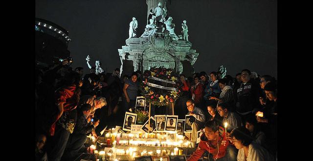 Manifestantes en un acto en recuerdo de la periodista Regina Martínez, en el monumento del Ángel de la Independencia, en Ciudad de México. En este país fueron muertos 14 de los 43 periodistas asesinados en América Latina durante 2015. Crédito: Lucía Vergara/IPS