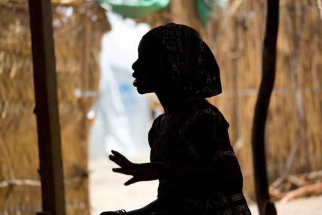 Esta joven nigeriana de 15 años residente en el campo de refugiados Minawao, en Camerún, fue secuestrada por Boko Haram y pasó cuatro meses en cautiverio. Crédito: Karel Prinsloo / Unicef.
