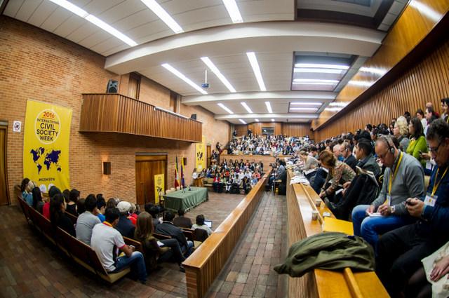 Participantes en la bianual Semana Internacional de la Sociedad Civil, realizada en Bogotá, a la espera del comienzo de uno de los actos, en uno de los claustros que acogió el encuentro de unos 900 activistas de más de 100 países. Crédito: Civicus
