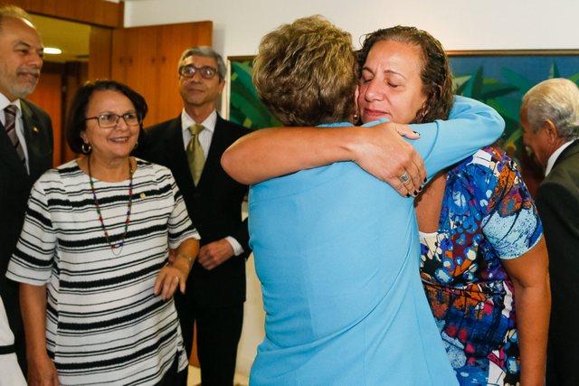 La presidenta de Brasil, Dilma Rousseff, de espaldas, abrazada este lunes 18 de abril por una integrante del minoritario grupo de diputados que el día anterior votaron contra la apertura de un juicio de destitución en su contra. Crédito: Roberto Stuckert/ PR