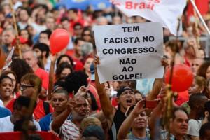 No al golpe, reclama un cartel durante la manifestación a favor de la democracia en Río de Janeiro, el 31de marzo, dentro de las movilizaciones contra la inhabilitación de la presidenta Dilma Rousseff que se sucedieron en muchas ciudades de Brasil, en la emblemática fecha del aniversario del golpe militar de 1964. Crédito: Fernando Frazão/Agência Brasil