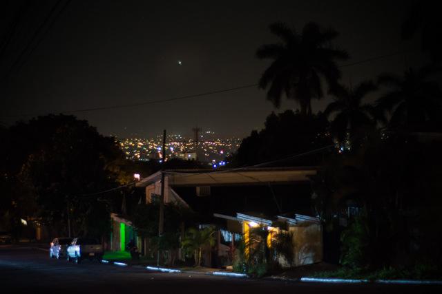 La noche en San Pedro Sula, en Honduras, que tiene el título de la ciudad más violenta de noche. Crédito: Ximena Natera/Pie de Página