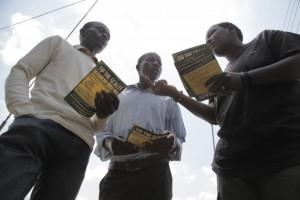 Activistas que abogan por una justicia impositiva en Kenia. Crédito: Zahra Moloo/IPS