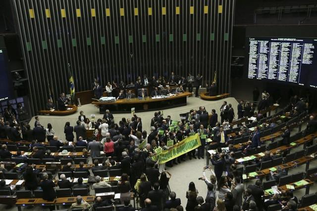En un ambiente crispado y partidizado comenzó este viernes 15 en la Cámara de Diputados de Brasil la histórica votación sobre la apertura de un juicio político a la presidenta Dilma Rousseff. Crédito: Marcelo Camargo/Agência Brasil