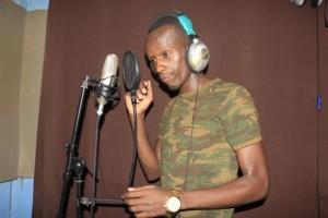 El músico Art Attack en un estudio de grabación en Nairobi. El gobierno prohibió uno de sus videos musicales porque defiende los derechos de la población homosexual. Crédito: Lydia Matata / IPS