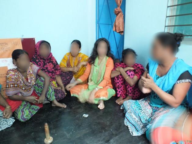 Shova Rani, líder de la organización Badhan, conversa sobre sexo seguro con un grupo de trabajadoras sexuales. Crédito: Naimul Haq