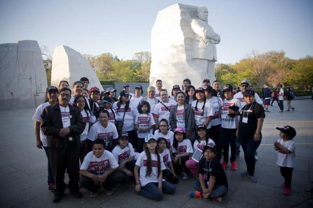Un grupo de inmigrantes latinos y sus familiares, procedentes del estado de Minnesota, al pie del monumento a Martin Luther King, en Washington, durante una movilización por sus derechos políticos. Crédito: Mónica González/Pie de Página