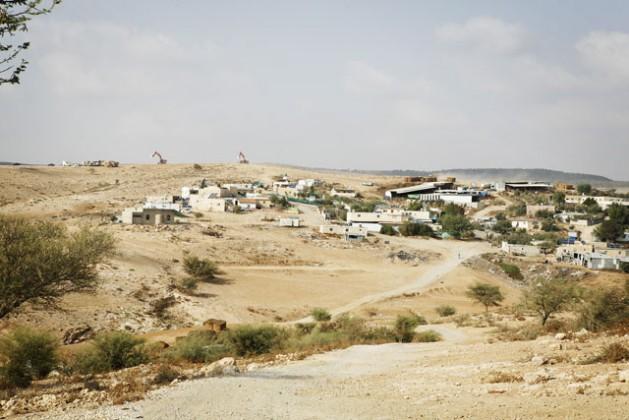 Al frente, la aldea beduina no reconocida de Umm al-Heran, en la lista de caseríos a demoler. Atrás, las topadoras del Fondo Nacional Judío preparan el terreno para plantar árboles. El Estado obliga a la tribu Abu Al Qian a reubicarse en la aldea vecina de Hura. Crédito: Silvia Boarini/IPS.